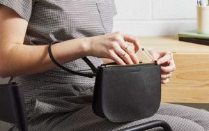 how-to-choose-a-purse-for-travelling